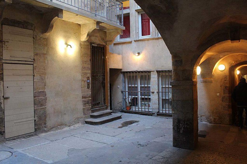 Vue de la Longue Traboule dans le Vieux Lyon