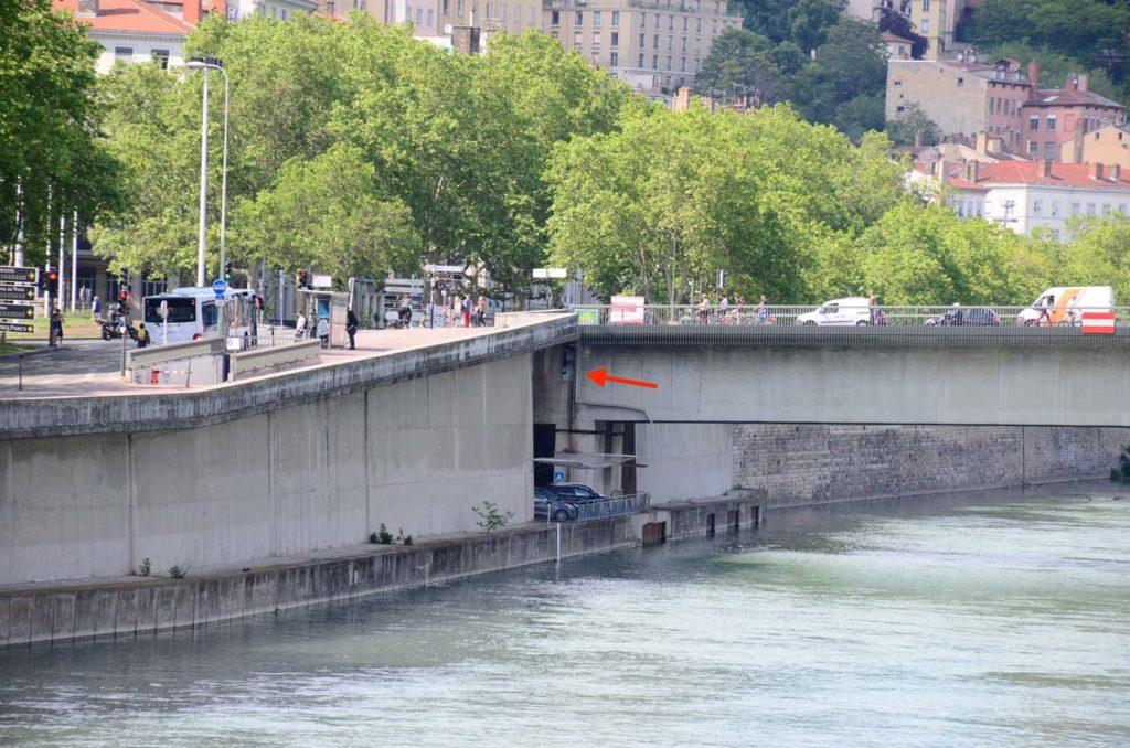 Détail du Pont Morand où l'on voit passer une rame de métro à travers un interstice