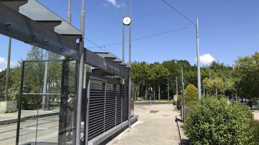 Horloge surmontant la station Parilly Université Hippodrome