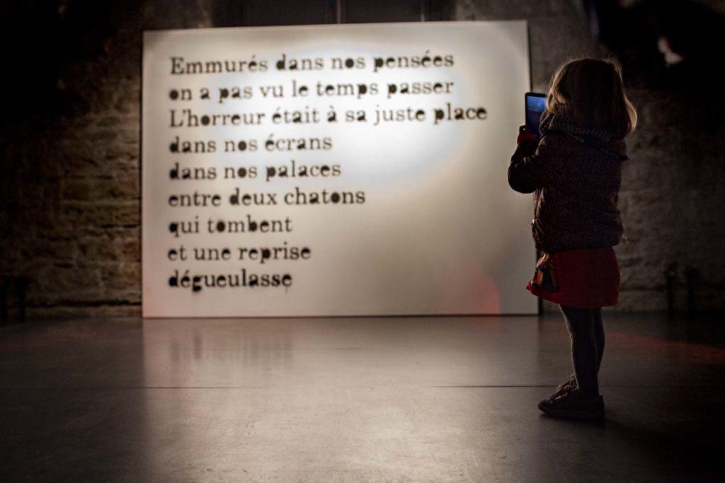 Petite fille prenant une photo d'un mur
