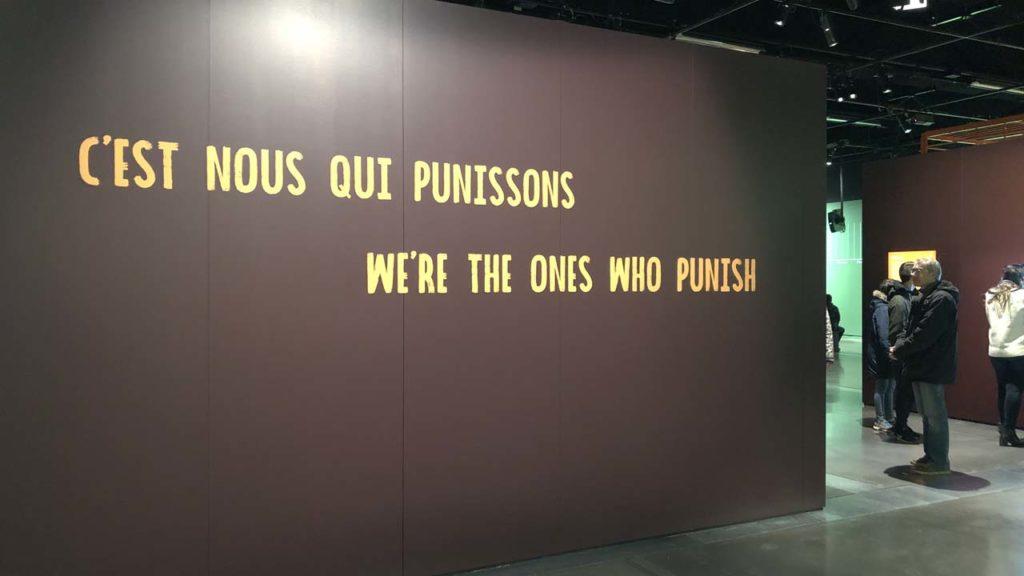 """A l'entrée, le message """"C'est nous qui punissons"""" s'affichent en grand"""