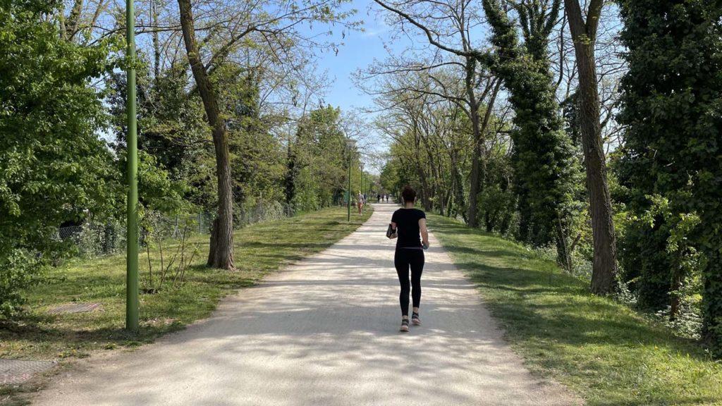 Une joggeuse sur la Voie Verte de Caluire