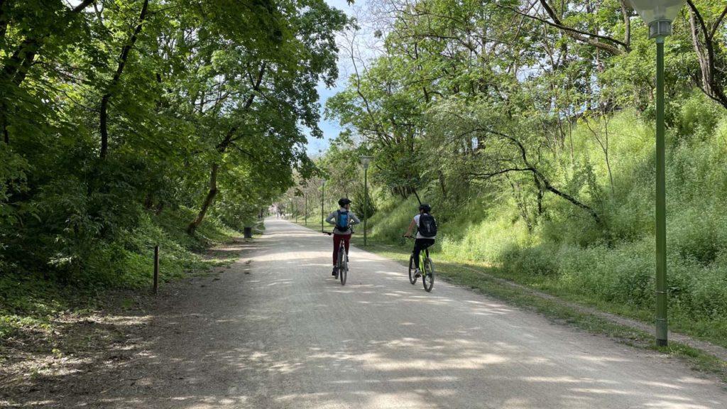 Deux vélos sur la Voie Verte de Caluire