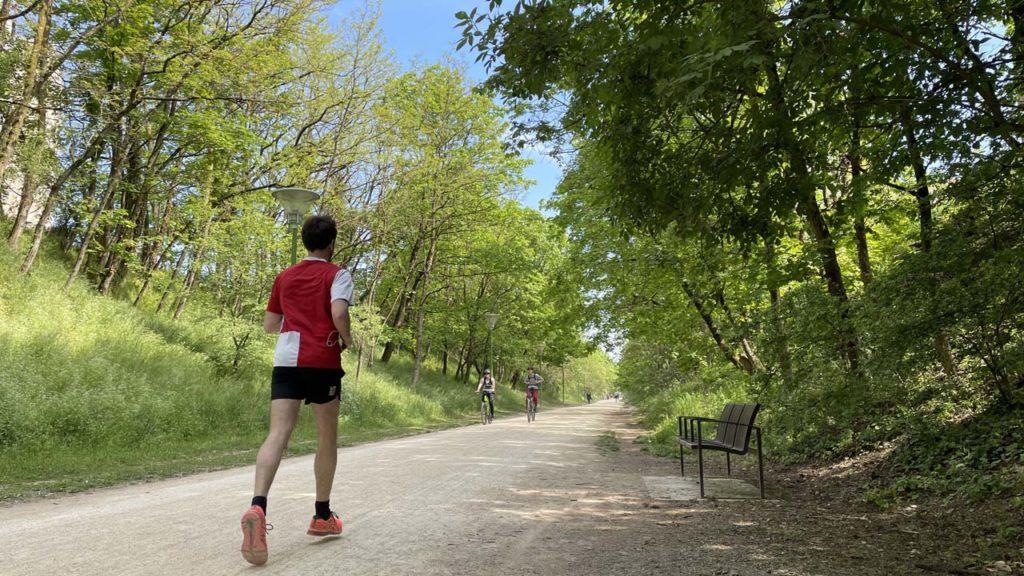 Un joggeur sur la Voie Verte de Caluire