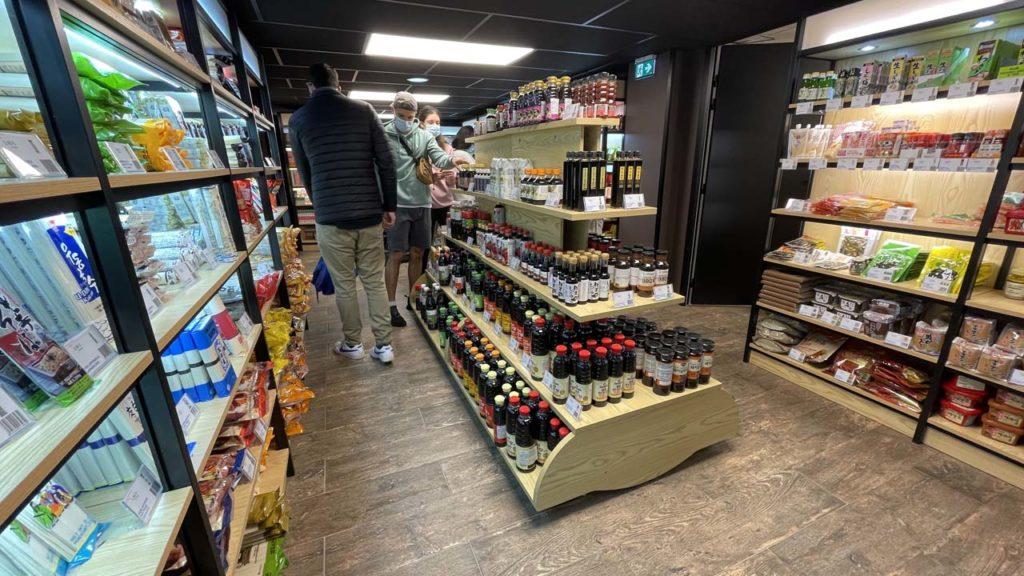 Rayon nouilles et sauces aux Halles du Japon à Lyon