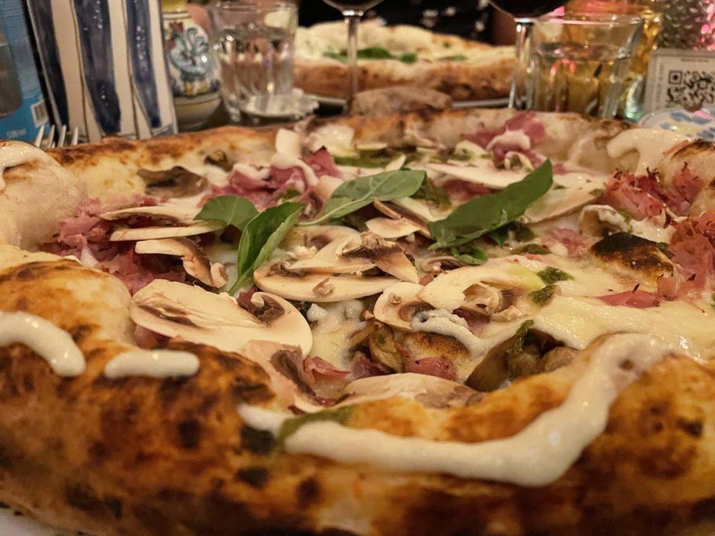 Gros plan sur une pizza chez Carmelo à Lyon
