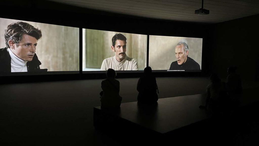 Oeuvre The Gift sur 3 écrans au MAC Lyon
